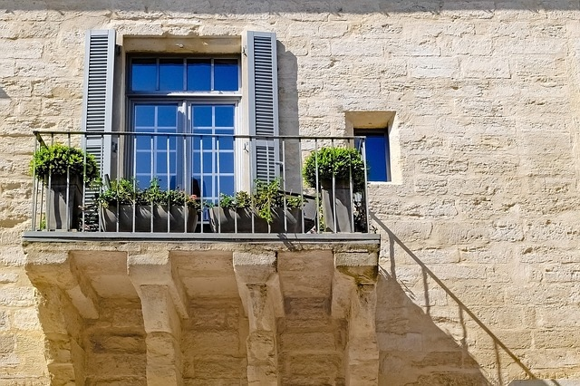 Heerlijk op het balkon uit de wind
