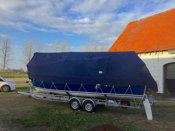 dekzeil zeilboot zonder mast op trailer